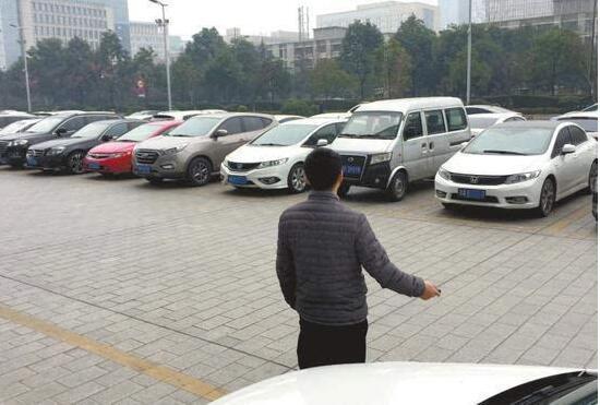 成都市民以租代购买车 还款逾期被拖走