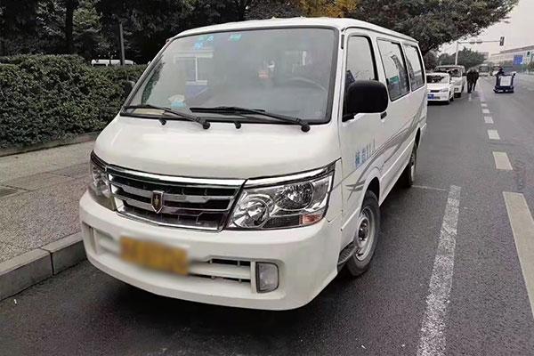 成都租丰田海狮中巴车多少钱一天?成都丰田海狮中巴车租赁公司哪家好?